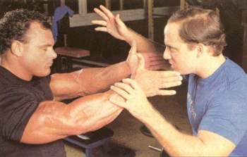 sports hypnotherapist Peter Siegel hypnotising Bodybuilder Tim Belknap at Golds Gym